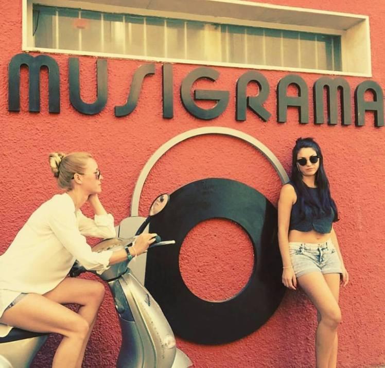 María Esteve y Celia Flores. Celia Flores y María Esteve. Aquí estamos, simbiosis total en la fachada de Musigrama.