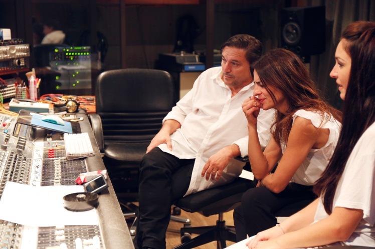 Con Bebe, escuchando los temas. Foto: Miguel Martínez (Gallino Films)